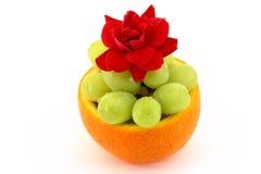 A bacia de fruta com levantou-se Fotos de Stock Royalty Free
