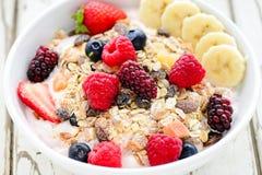 Bacia de fruto de Acai com cereal, bagas e bananas do muesli Fotografia de Stock Royalty Free