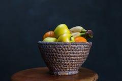 Bacia de fruto na tabela Foto de Stock Royalty Free