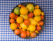 Bacia de frutos em um corredor da tabela Imagem de Stock