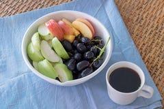 Bacia de frutos frescos com café Fotografia de Stock Royalty Free