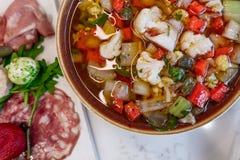 Bacia de Giardiniera servida com placa saudável e fresca do charcuterie com queijo e carnes imagens de stock royalty free