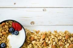 Bacia de granola com iogurte, bagas frescas, morango na madeira t Foto de Stock Royalty Free