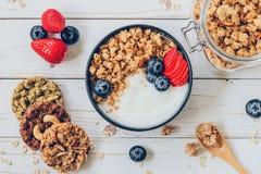 Bacia de granola com iogurte, bagas frescas, morango na madeira t Fotos de Stock