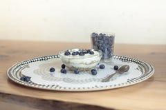 Bacia de granola para o café da manhã Fotografia de Stock Royalty Free