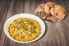 Bacia de grupo da ensalada russa com prato dos Loafs recentemente cozidos do Baguette e do pão de Pitta servidos na tabela de mad Imagens de Stock