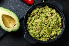 Bacia de guacamole com ingredientes frescos imagem de stock royalty free