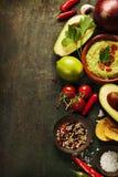 Bacia de guacamole com ingredientes frescos Imagens de Stock