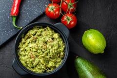 Bacia de guacamole com ingredientes frescos imagens de stock royalty free