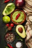 Bacia de guacamole com ingredientes frescos Foto de Stock