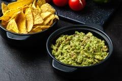 Bacia de guacamole com microplaquetas de milho fotos de stock royalty free