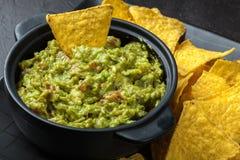 Bacia de guacamole com microplaquetas de milho foto de stock royalty free