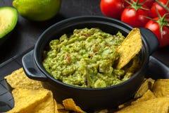 Bacia de guacamole com microplaquetas de milho imagem de stock royalty free