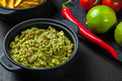 Bacia de guacamole com microplaquetas de milho Fotografia de Stock Royalty Free