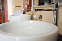 Bacia de lavagem em uma casa de campo Fotos de Stock Royalty Free