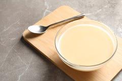 Bacia de leite condensado servido na tabela, espa?o para o texto fotos de stock royalty free
