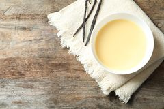 Bacia de leite condensado servido na tabela, vista superior com espaço para o texto imagem de stock