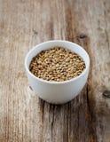 Bacia de lentilhas secas em uma tabela de madeira Imagem de Stock Royalty Free