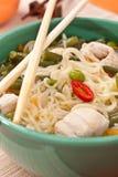 Bacia de macarronete e de sopa de galinha Imagens de Stock