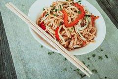 Bacia de macarronetes chineses com vegetais e a galinha shredded Imagens de Stock Royalty Free