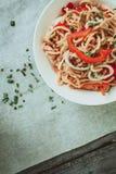 Bacia de macarronetes chineses com vegetais e a galinha shredded Imagem de Stock