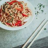Bacia de macarronetes chineses com vegetais e a galinha shredded Imagens de Stock