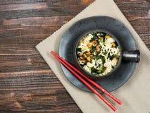 Bacia de macarronetes imediatos com vegetais Fotos de Stock