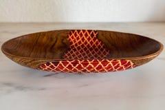 Bacia de madeira africana feito à mão decorada colorida fotografia de stock royalty free