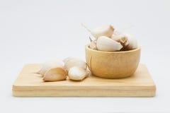 Bacia de madeira com alho da raiz fotografia de stock royalty free