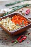 Bacia de madeira com cenouras e raiz de aipo secadas Imagens de Stock