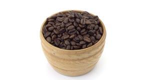 Bacia de madeira com feijões de café vídeos de arquivo