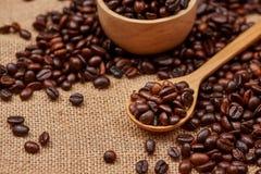 Bacia de madeira com os feijões de café roasted no fundo rústico Fotos de Stock