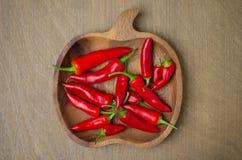 Bacia de madeira com pimentas de pimentão vermelho (espaço para o texto), vista superior Foto de Stock Royalty Free