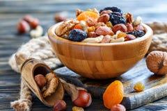 Bacia de madeira com porcas e frutos secados imagem de stock royalty free