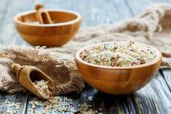 Bacia de madeira com uma mistura de variedades diferentes de arroz Imagens de Stock Royalty Free