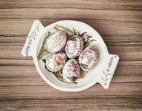 Bacia de madeira decorativa com ovos da páscoa pintados, celebrat da mola Foto de Stock Royalty Free