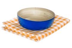 Bacia de madeira no pano do piquenique isolado no branco Imagem de Stock Royalty Free