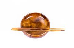 Bacia de madeira vazia com hashis Imagem de Stock