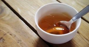 Bacia de mel com colher 4k vídeos de arquivo