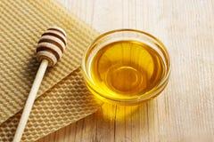 Bacia de mel e de favo de mel no fundo Imagens de Stock