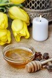 Bacia de mel na tabela de madeira. Símbolo da vida saudável foto de stock royalty free