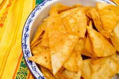 Bacia de microplaquetas de tortilha delicous crocantes que sentam-se no pano de tabela do nativo americano Fotografia de Stock Royalty Free