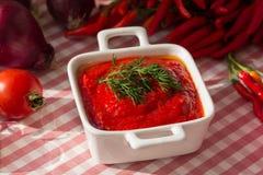 Bacia de molho de tomate com pimentas vermelhas Imagens de Stock