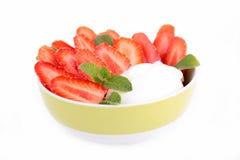 Bacia de morango e de iogurte Foto de Stock Royalty Free