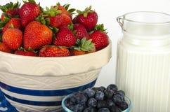 Bacia de morangos, de mirtilos e de leite Imagens de Stock Royalty Free
