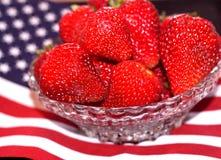Bacia de morangos maduras no ?ns da bandeira de julho Fotos de Stock Royalty Free