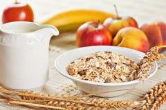 Bacia de muesli para o café da manhã com frutos Imagens de Stock Royalty Free