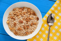 Bacia de nozes frescas da farinha de aveia no alimento rústico da tabela da cerceta, o quente e o saudável para o café da manhã imagem de stock