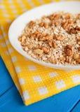 Bacia de nozes frescas da farinha de aveia no alimento rústico da tabela da cerceta, o quente e o saudável para o café da manhã Imagens de Stock Royalty Free