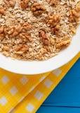 Bacia de nozes frescas da farinha de aveia no alimento rústico da tabela da cerceta, o quente e o saudável para o café da manhã Imagem de Stock Royalty Free
